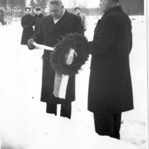 Oskari Herttuan haudalla 1959