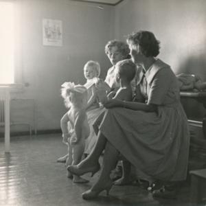 Lapsia äitineen